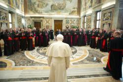 Papa exorta a não se banalizar mundo dos jovens: Igreja tem grande confiança neles