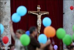 Papa às famílias: muitas vezes a vida é árdua, mas o que mais pesa é a falta de amor
