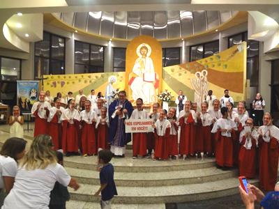 Toda comunidade se reúne para acolher padre Graciano que está de volta ao Brasil